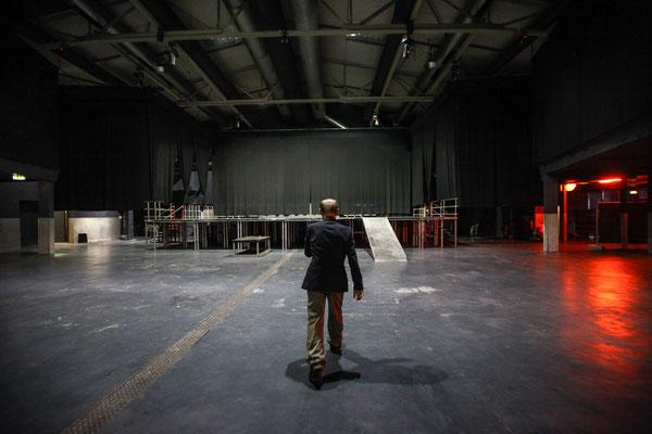 Firmenfotograf in Berlin, Foto zeigt Geschäftsführer in Veranstaltungshalle, Foto: Tom Wenig