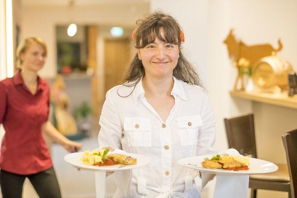 Werbefotograf nahe Jena, Foto zeigt servierende kellnerin