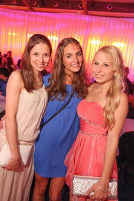 3 Abiturientinnen beim Abiball in der Sparkassenarena Jena, Fotograf: Tom Wenig