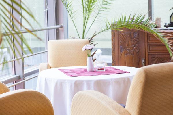 Tisch einer Gaststätte, Fotograf: Tom Wenig