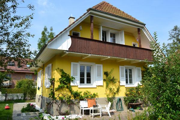 Dieses Haus war komplett in Grautönen gestrichen, die Farbe war spröde und blätterte. Nun erscheint es in freundlichem Gewand.