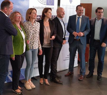 Gruppenfoto der EU Parlamentarier im Haus der Europäischen Union, Monika Vana (Grüne, EFA), Claudia Gamon (NEOS, Renew Europe), Karoline Edtstadler (ÖVP, EVP), Paul Schmidt (ÖGFE), Harald Vilimsky (FPÖ, ID), Günther Sidl (SPÖ, S&D).