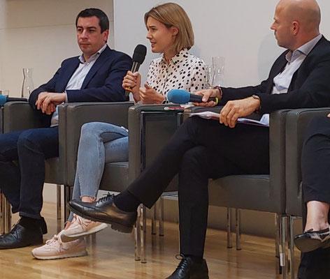 Claudia Gamon, links Günther Sidl (EU Parlamentarier S&D, SPÖ) und rechts Paul Schmidt (Generalsekretär der Österreichischen Gesellschaft für Europapolitik)