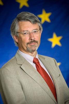 Friedhelm Frischenschlager - Portrait vor der Europäischen Fahne