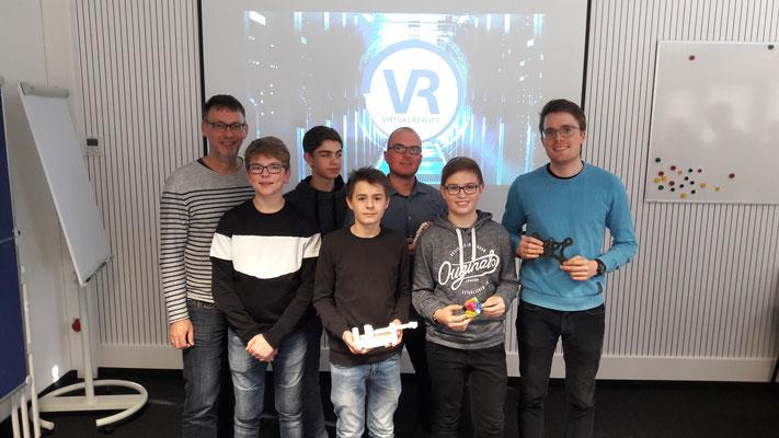 Techniklehrer Stefan Hofene, Philip Hilker, Lars Duitmann, Felix Weinekötter, ITG-Lehrer André Schemmerling, Adrian Savic und Techniklehrer Christian Merz informierten sich beim Maschinenbauunternehmen Haver & Boecker über aktuelle 3D-Technologien.
