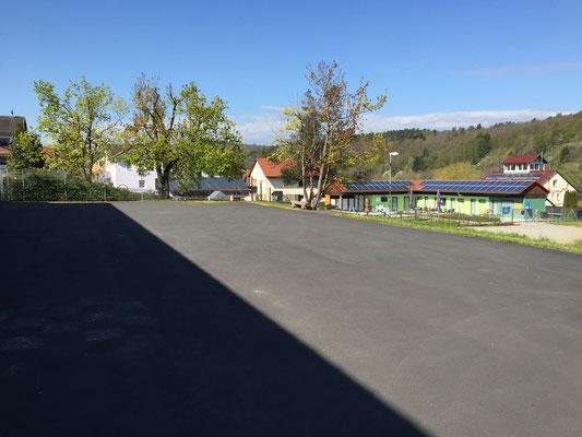 Parkplatz auf dem ehemaligen Schulhof