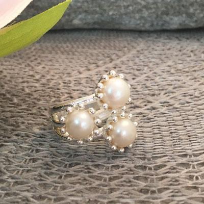 Ring aus 925Silber mit Muschelkernperlen aus dem Atelier SilberGlanz erhältlich im Onlineshop.