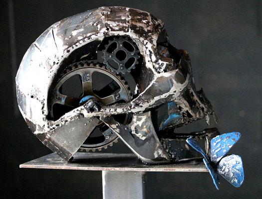 """Sculpture """" Ils se murmurent """" Florian Poulin , Acier / Résine / Peinture. Vue de profil"""