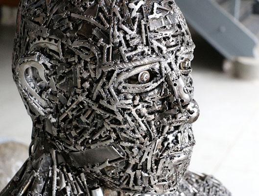 """Sculpture """" Matière critique """" Florian Poulin , Acier / Vernis. Vue de trois-quart"""