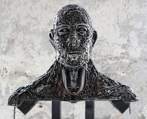 """Sculpture """" Matière critique """" Florian Poulin , Acier / Vernis. Vue de face"""