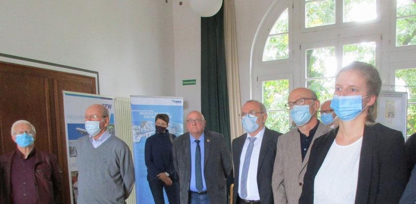 Hans-Dieter Tack (Mitte) bereitet sich auf seine Rede vor, rechts von ihmGünter Miksch aus der IG Luftfahrt bzw. Heinz Geißler vom Klotzscher Verein und an seiner linken Seite Dr. Wolfgang Göhler