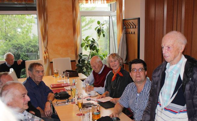 Unter den Zuhörern  Prof. Gerd Schäfer(h.l.),  Helmut Tschernoster (2.v.l.)  und  Gerhard Güttel (1.v.r.)
