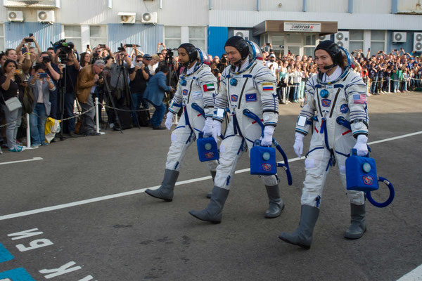 Baikonur_  Kosmonauten im Druckanzug zum Bus