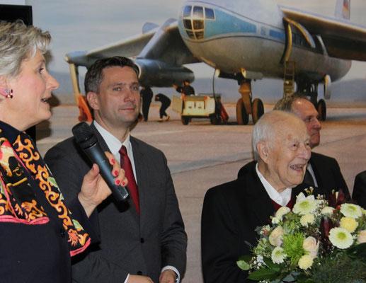 / Sachsens Verkehrsminister Martin Dulig und Moderatorin Alexandra Gerlach begrüßen Gerhard Güttel auf der Festveranstaltung anläßlich des 60. Jahrestages des Erstfluges der  152