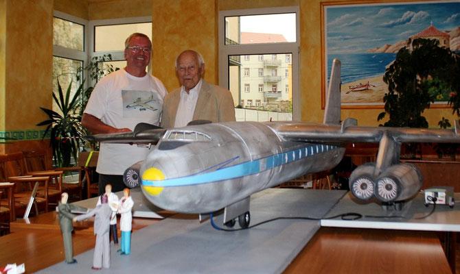 Modellbaufreak Wolf und Flugkapitän Güttel vor der '152'