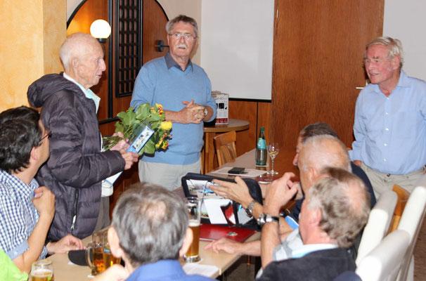 Unter Beifall übergibt Günther Naumann die Glückwünsche