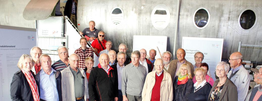 Gerhard mittendrin als unsere IG die Luftfahrtfreunde der GBSL und aus Schkeuditz, Berlin und Dessau vor dem Museumsrumpf  begrüßt