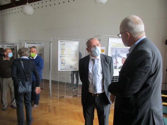 Dr. Wolfgang Göhler vom Kompetenzzentrum Luft- und Raumfahrttechnik Sachsen/Thüringen e.V. und Christian Wintrich, Leiter des Stadtbezirksamtes.