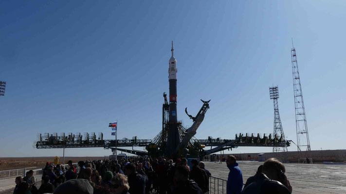 1Baikonur_ Aufrichten Sojus MS-15 auf dem Gagarin-Startplatz