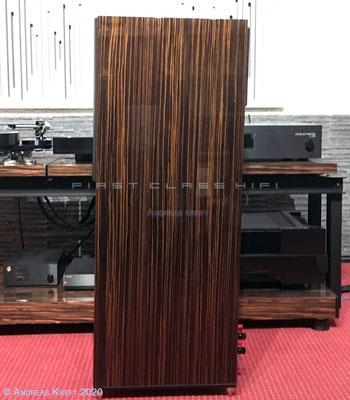 Die leicht nach hinten geneigte Schallwand sorgt dafür, das die akustisch Phase in Sitzposition perfekt ist.