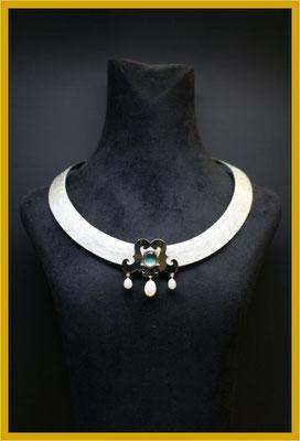 Gesellenstück: Silberhalsreif mit perlenverzierten Goldaufsatz