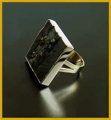 Schiefer-Pyrith Ring in Gelbgold €890,-