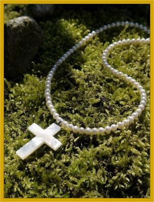 Handgearbeitetes Perlmuttkreuz an einer Perlkette