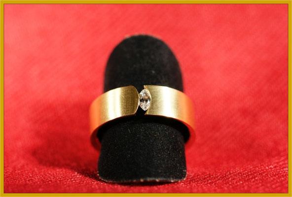 Goldring mit Diamant-Navette
