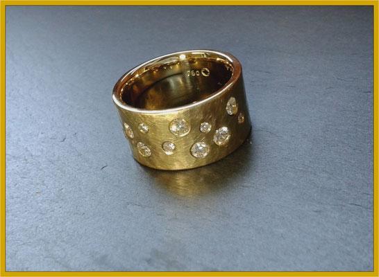 Ein paar zerrissene Ketten, alte Ringe und Anhänger verstecken sich in diesem modernen Brillantring