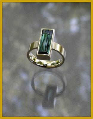 Ein perfekt erhaltener Turmalin der Mutter wurde in einen modernen Ring gefasst