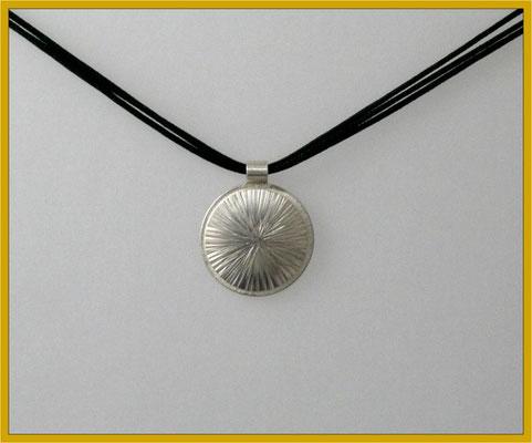 Silberner Anhänger mit Strahlen-Struktur