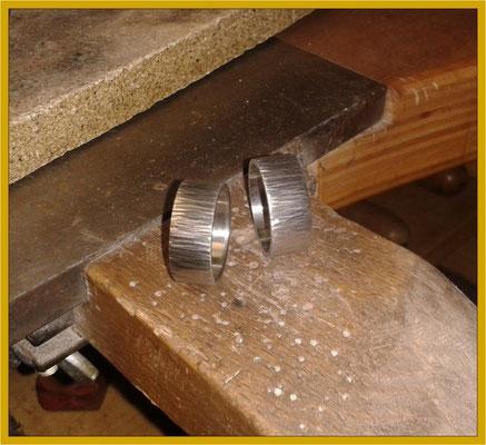 Mit gehämmerten Palladium-Ringen als Grundlage...