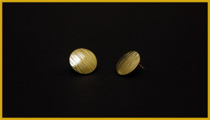 Runde Ohrstecker aus Gold mit gehämmerter Oberfläche €565,-