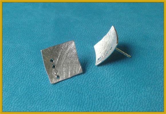 Silberne Ohrstecker mit blauen und weißen Brillanten €195,-