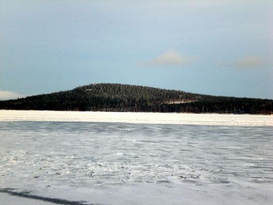 """Die Insel Päijätsalo und das Ferienhausgebiet mit dem Sunny Mökki Sysmä sowie dem """"Berg"""" samt Aussichtsturm, 1,5 km vom Haus entfernt."""