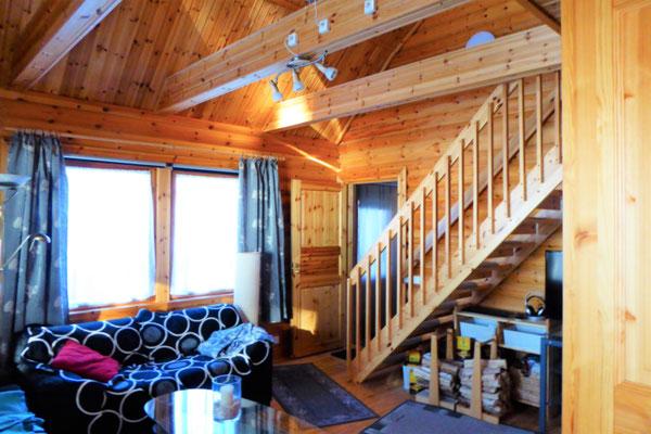 Blick in Ihr helles Wohnzimmer im Winter.