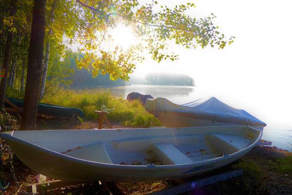 Ruhe und Gelassenheit bei letzten Angel- und Paddeltouren im Herbst finden. Krebse frisch aus dem See holen.