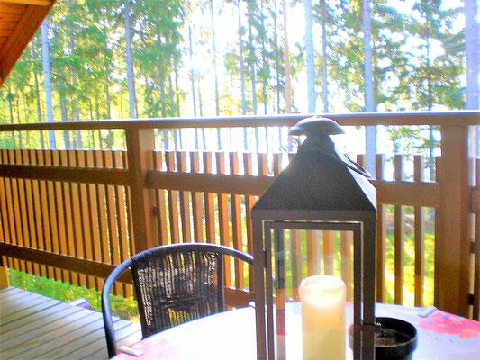 Für die herbstliche Stimmung sind schon die Lichter und Kerzen auf dem Balkon und im Haus vorbereitet.
