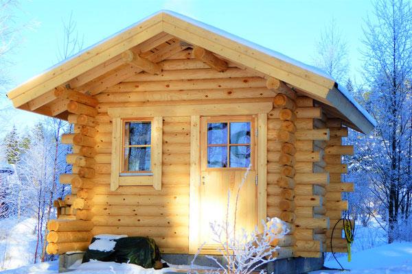 Entspannen Sie sich auch im Winter in unserer traditionellen Blockhaus-Aussensauna, direkt am Haus und 50 m vom See.  Ein besonderes Erlebnis, wenn der Polarwind die Flocken um die Sauna wirbelt.