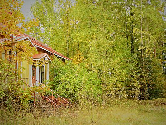 Idyllische alte Holzhäuser säumen ab und zu den Weg.