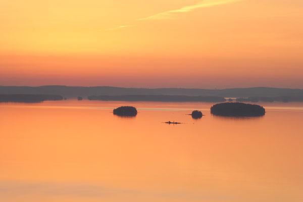 Besonders schönes, weiches Licht lässt im Herbst das große Archipel erglühen. Blick vom nahen Aussichtsturm auf den See.