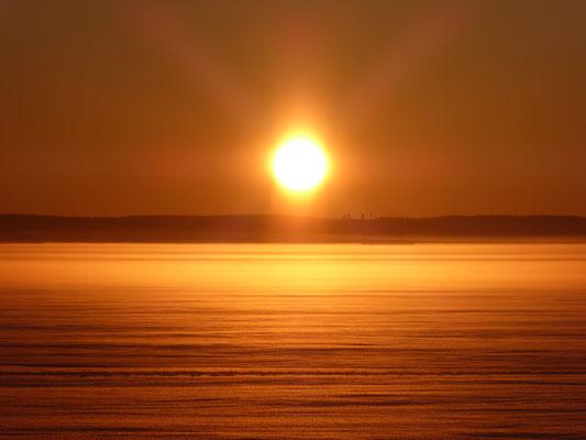 Erleben Sie nach Ihren Winteraktivitäten den Sonnenuntergang am gefrorenen See, nur wenige 100 m vom Haus entfernt, um dann den Abend in der Sauna oder vor dem Kaminofen zu verbringen.