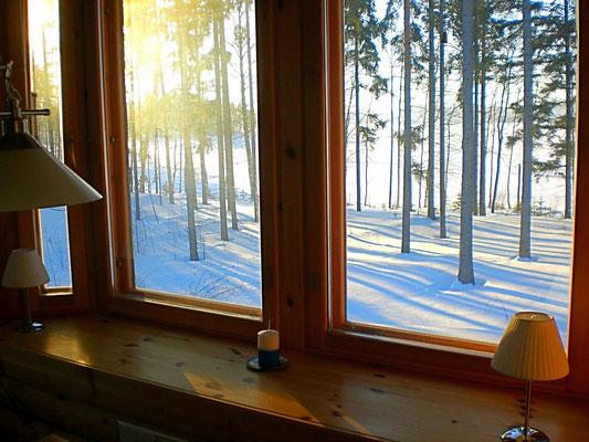 Nach dem Frühstück im Sonnenerker starten Sie vom Mökki aus mit Langlaufski durch die verschneiten Wälder der Umgebung oder erleben die einmalige Landschaft des gefrorenen großen Sees zu Fuß mit unseren Schneeschuhen.