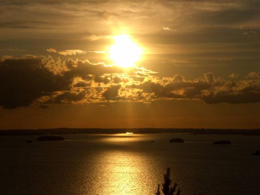 Sonnenuntergänge in unterschiedlichen Farben, immer wieder neu. Hier in Bronzetönen.