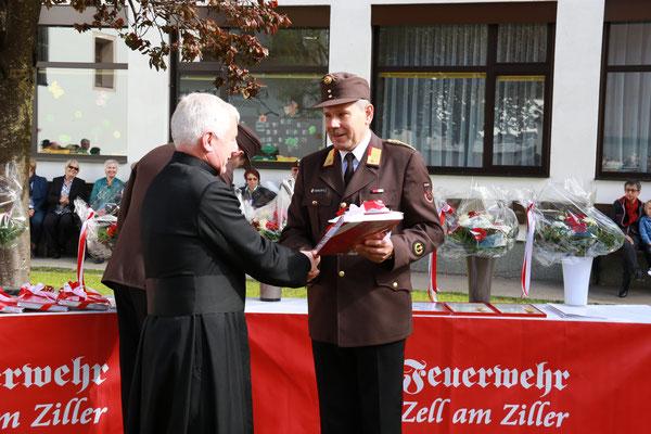 """Übergabe des Buches """"150 Jahre FF Zell am Ziller"""" an Dekan Dr. Ignaz Steinwender"""