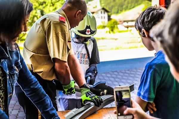 Station Bergeschere: Kommandant-Stv. Alexander Stock erklärt den Jugendlichen die Handhabung des Bergegerätes