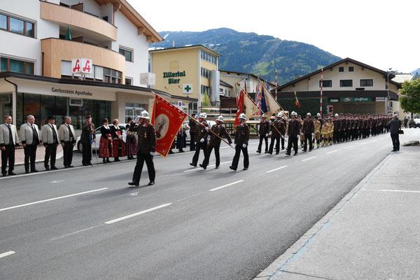 Defilierung samt Fahrzeugparade im Ortsgebiet
