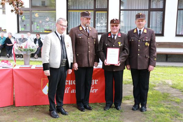 Peter Dolinseck wurde für 50 Jahre Tätigkeit im Feuerwehrdienst ausgezeichnet