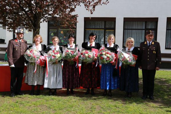 Übergabe der Blumensträuße an unsere Goten
