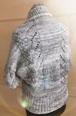 Selbst gestrickter Seelenwärmer, aus selbst gesponnenen Garn, aus selbst bearbeiteter Rohwolle.